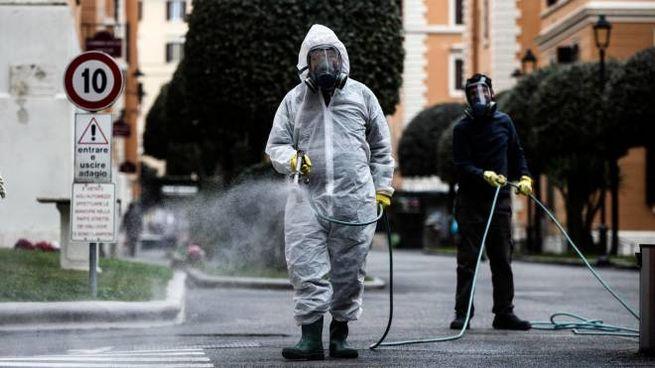 Operazioni di sanificazione a Roma (Ansa)