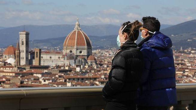 Due persone con mascherina osservano il panorama a Firenze (New Press Photo)