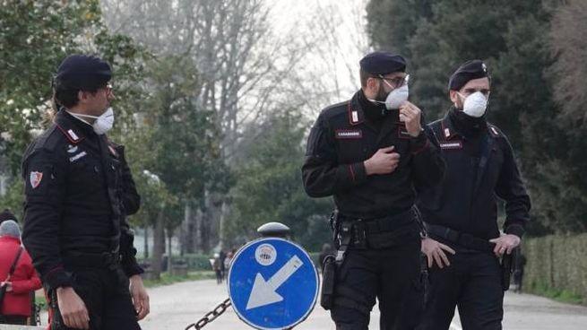 Carabinieri che fanno controlli anti covid