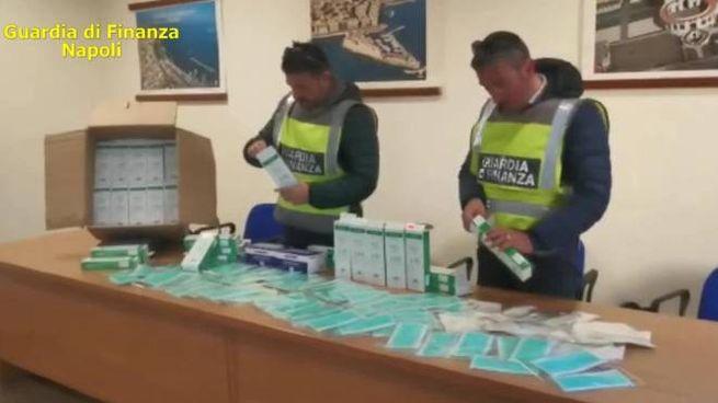 La Gdf ha sequestrato 60mila tra mascherine e gel (Ansa)