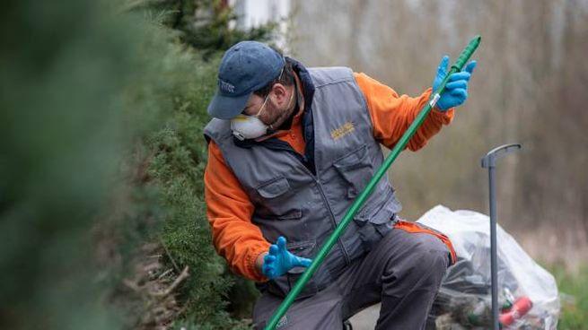 Lavoratore con guanti e mascherina (Imagoeconomica)