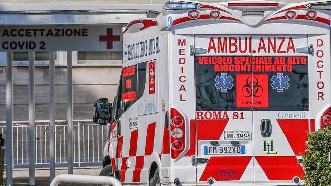 Coronavirus, un'ambulanza (Ansa)
