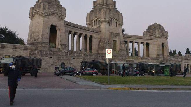 Intervento dell'esercito al cimitero monumentale di Bergamo per smaltire le bare