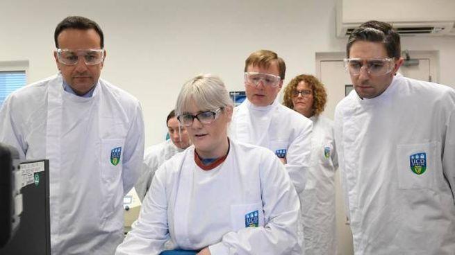 Il premier irlandese (a sinistra) in visita al National Virus Reference Laboratory (Ansa)