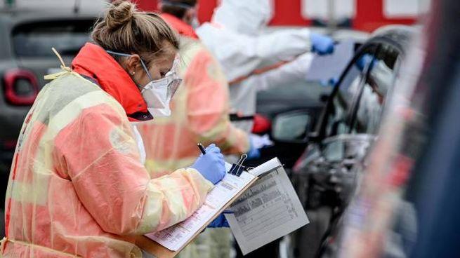 Coronavirus, paramedici fanno controlli agli automobilisti in Germania (Ansa)