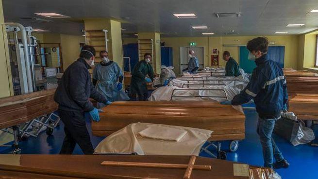 Una camera mortuaria d'emergenza allestita in una palestra scolastica di Bergamo