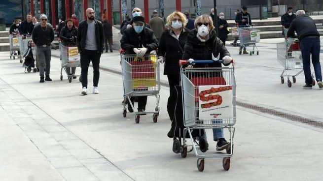 File ai supermercati (Ansa)