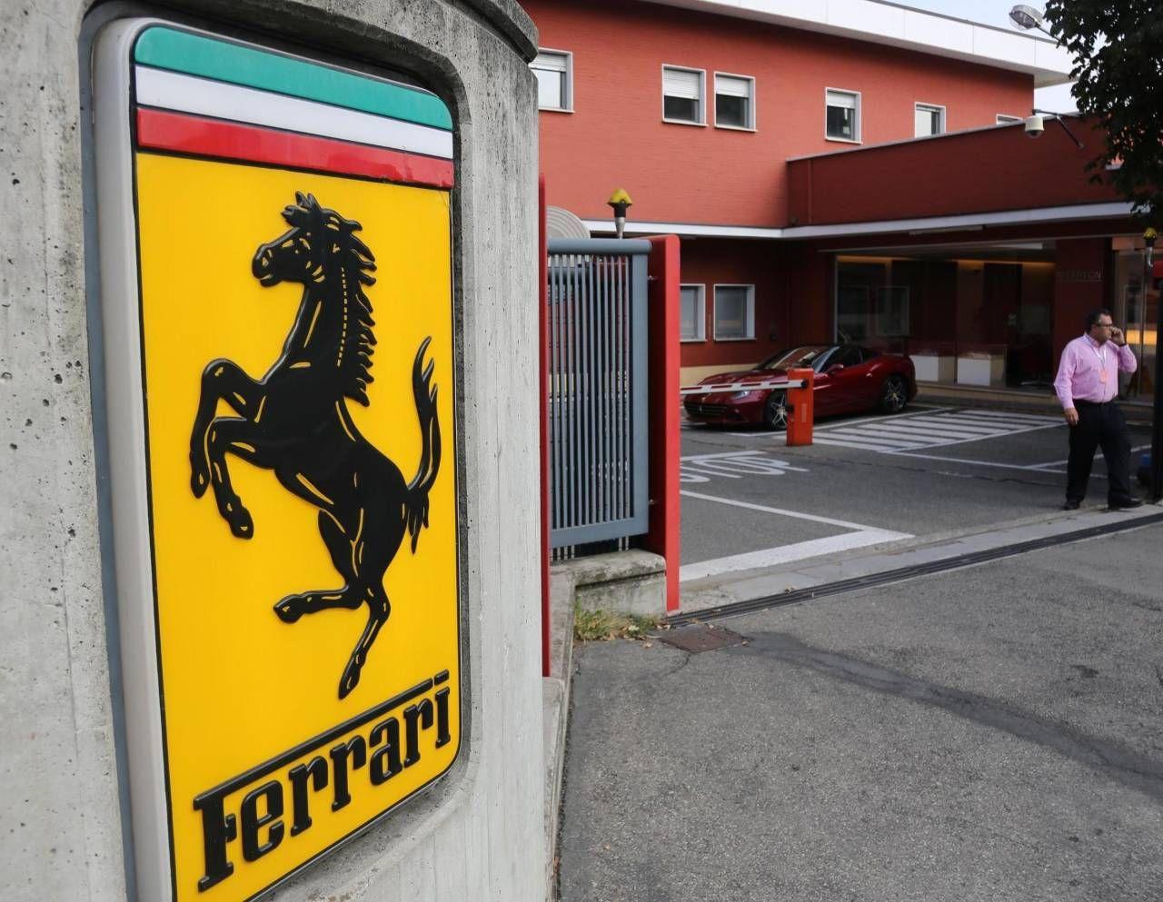 L'ingresso dello stabilimento Ferrari a Maranello con il celebre simbolo del Cavallino Rampante (Ansa)