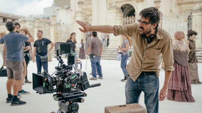 Il regista Roan Johnson durante le riprese