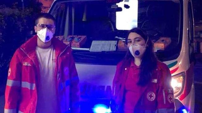 I due giovani accanto all'ambulanza sono Federico Urso e Giulia Luzzoli