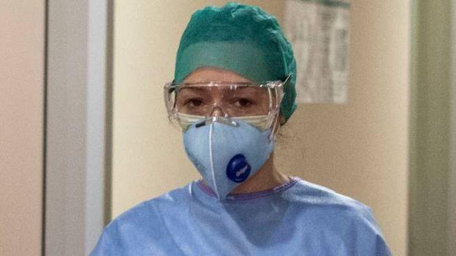 Un medico con la mascherina