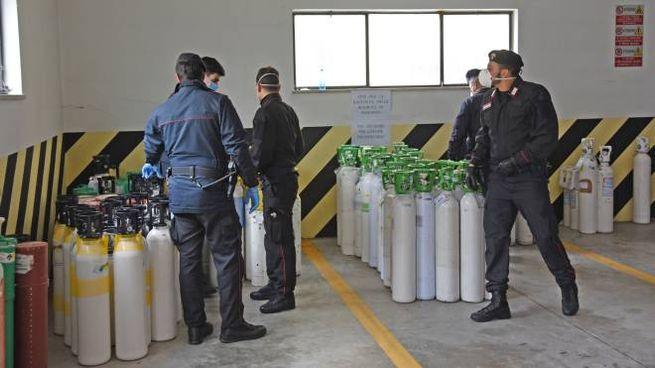 Le bombole d'ossigeno recuperate dai carabinieri