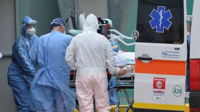 Il ricovero di un malato di Coronavirus a Milano (Ansa)