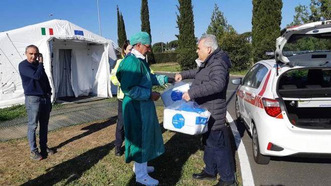Il sindaco Donati mentre consegna il materiale