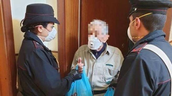 Emergenza coronavirus, i carabinieri portano la spesa all'anziano