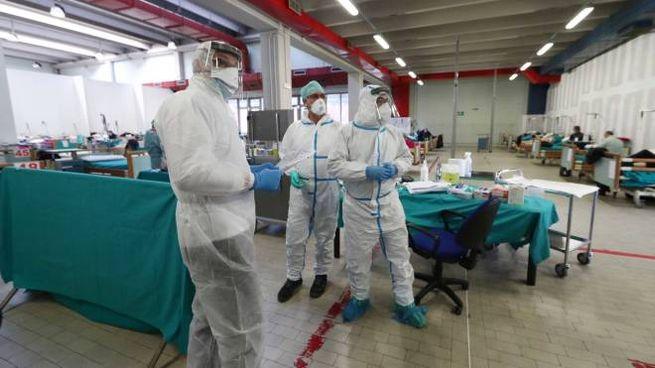 Coronavirus, medici e infermieri agli Sedali civili di Brescia (Ansa)