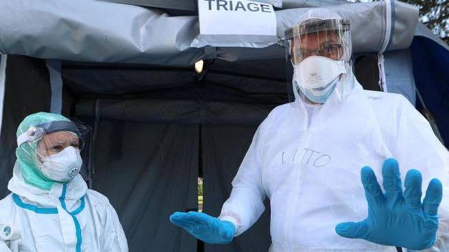 Emergenza Coronavirus, le tende allestite fuori dall'ospedale di Brescia