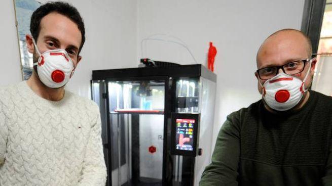Alessandro Mercuri e Mirko Fragomeni mostrano le valvole appena forgiate