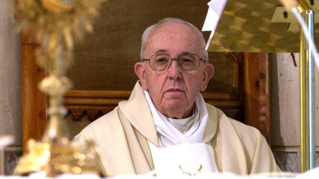 Papa Francesco celebra la messa in Santa Marta (Ansa)