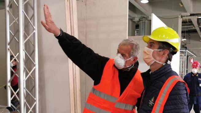 Guido Bertolaso nel cantiere del nuovo ospedale, prima del ricovero