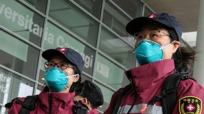 Due dei medici cinesi davanti all'ospedale di Careggi (New Press Photo)