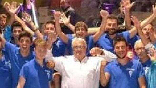 Mauro Negri al centro con la camicia bianca in un momento di festa