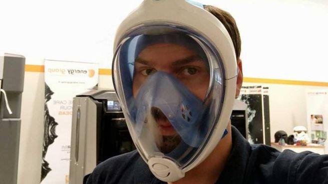 Vito Zaccaria con la maschera con i filtri P3: utilizzata la tecnologia di stampa 3D