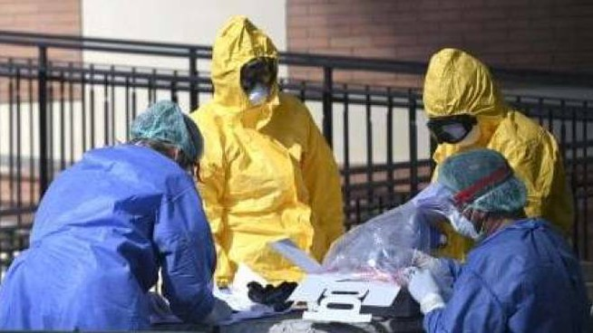 Un cadavere trasportato fuori da una casa di riposo nell'emergenza coronavirus