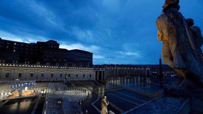 La preghiera del Papa solo in piazza San Pietro deserta (Ansa)