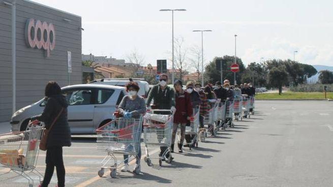 Clienti in fila alla Coop