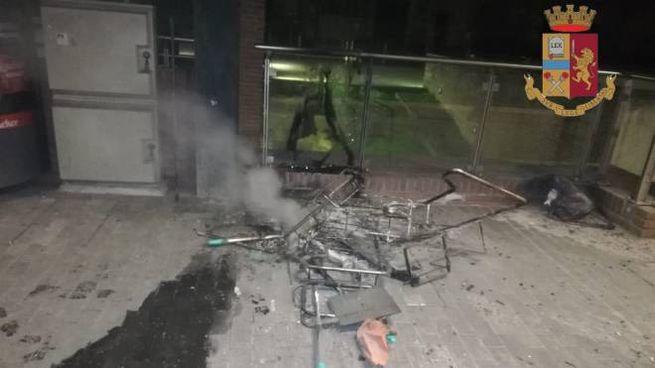 Il carrello delle pulizie bruciato alla stazione di Lucca