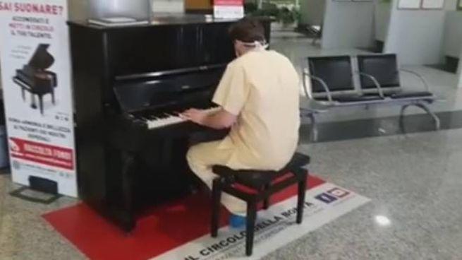 Medico pianista suona i Queen