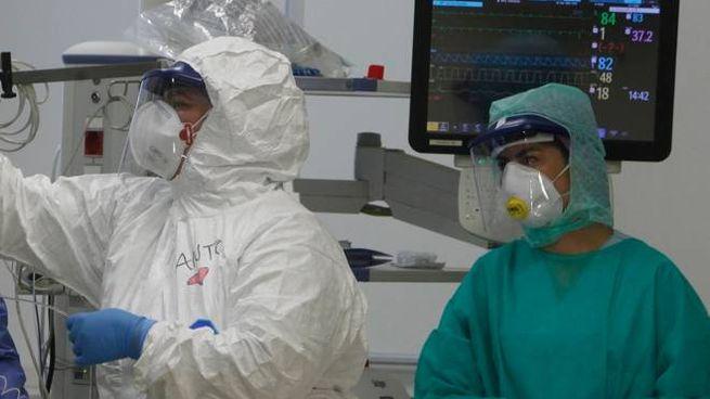 Coronavirus, un'equipe al lavoro in ospedale