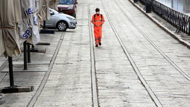 Una strada deserta di Milano (Ansa)