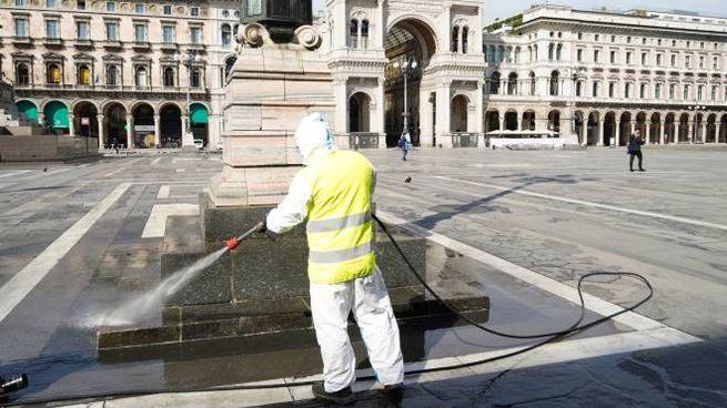 Coronavirus, sanificazione in piazza Duomo a Milano (ImagoEconomica)