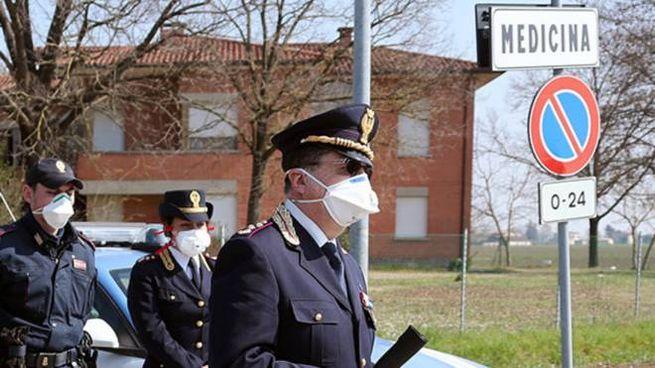 I posti di blocco della polizia agli ingressi di Medicina, 'zona rossa' dal 16 marzo