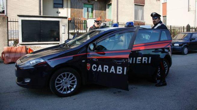 Carabinieri davanti all'abitazione di Rho teatro dell'omicidio-suicidio
