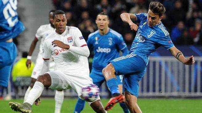 Dybala al tiro durante Lione-Juventus (Alive)