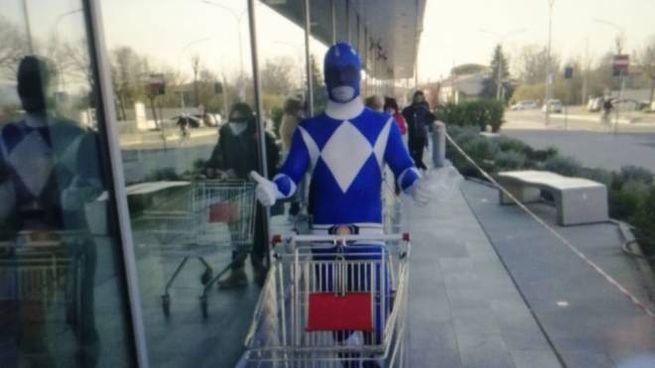 Un personaggio dei Power Rangers in fila al supermarcato