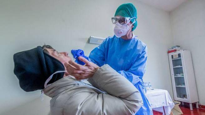 Un tampone ad un paziente con i sintomi del Coronavirus