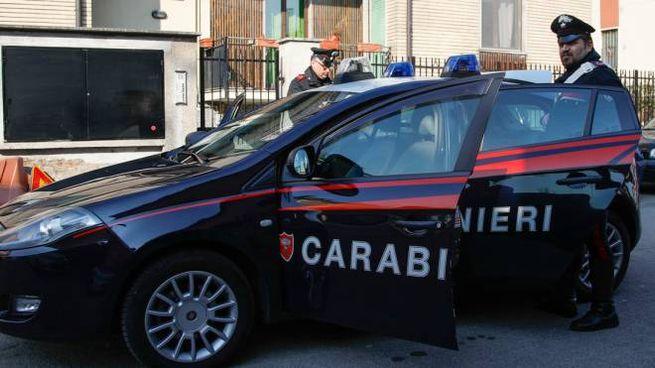 I carabinieri davanti alla palazzina di via Ticino a Rho