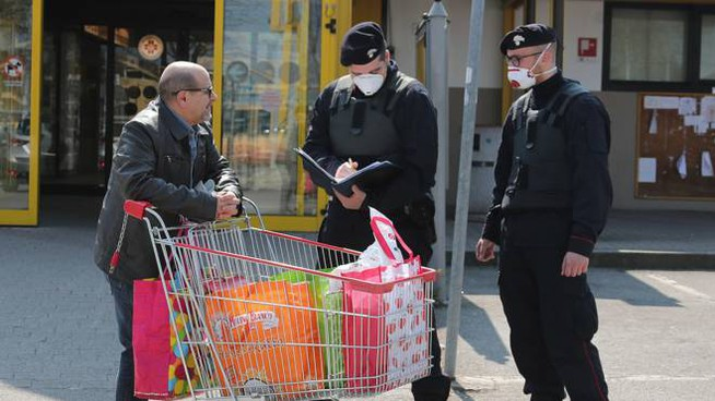 Un controllo dei carabinieri davanti al Medicì