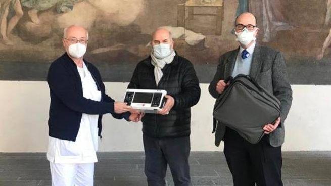Consegna del materiale salvavita al reparto del dottor Landini