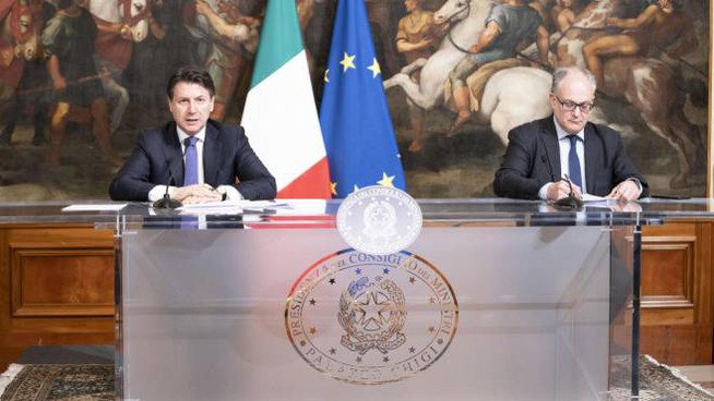 Giuseppe Conte e Roberto Gualtieri (Ansa)