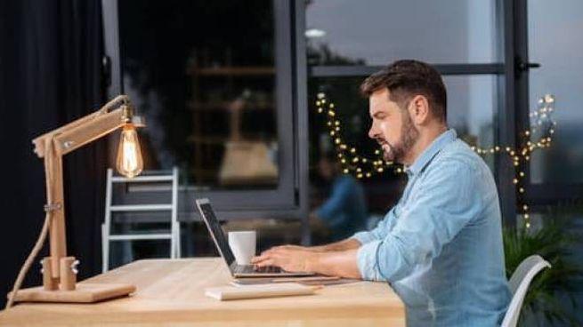 Un dipendente lavora da casa