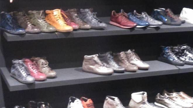 Scarpe esposte in un negozio