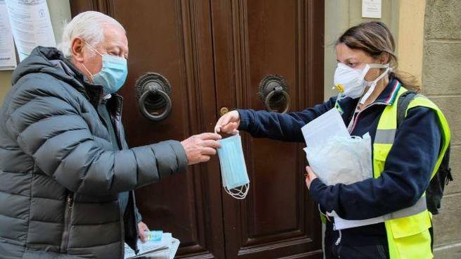 La distribuzione delle mascherine a Firenze (New Press Photo)