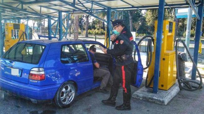 L'automobilista sanzionato dai carabinieri nel lavaggio self service