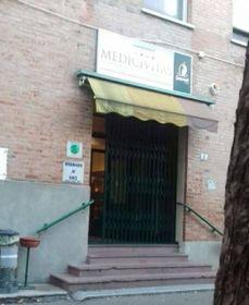 Il centro civico di Medicina chiuso dal 3 marzo. Nella foto piccola, Gabriele Cavazza, uno dei fondatori