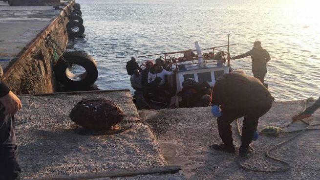 Migranti, l'ultimo sbarco a Lampedusa, il 6 aprile (Ansa)
